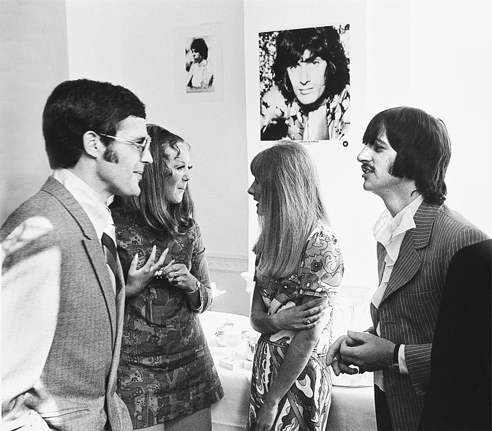 (l to r) Ken Mansfield and Ringo Starr chatting at the Apple Record offices