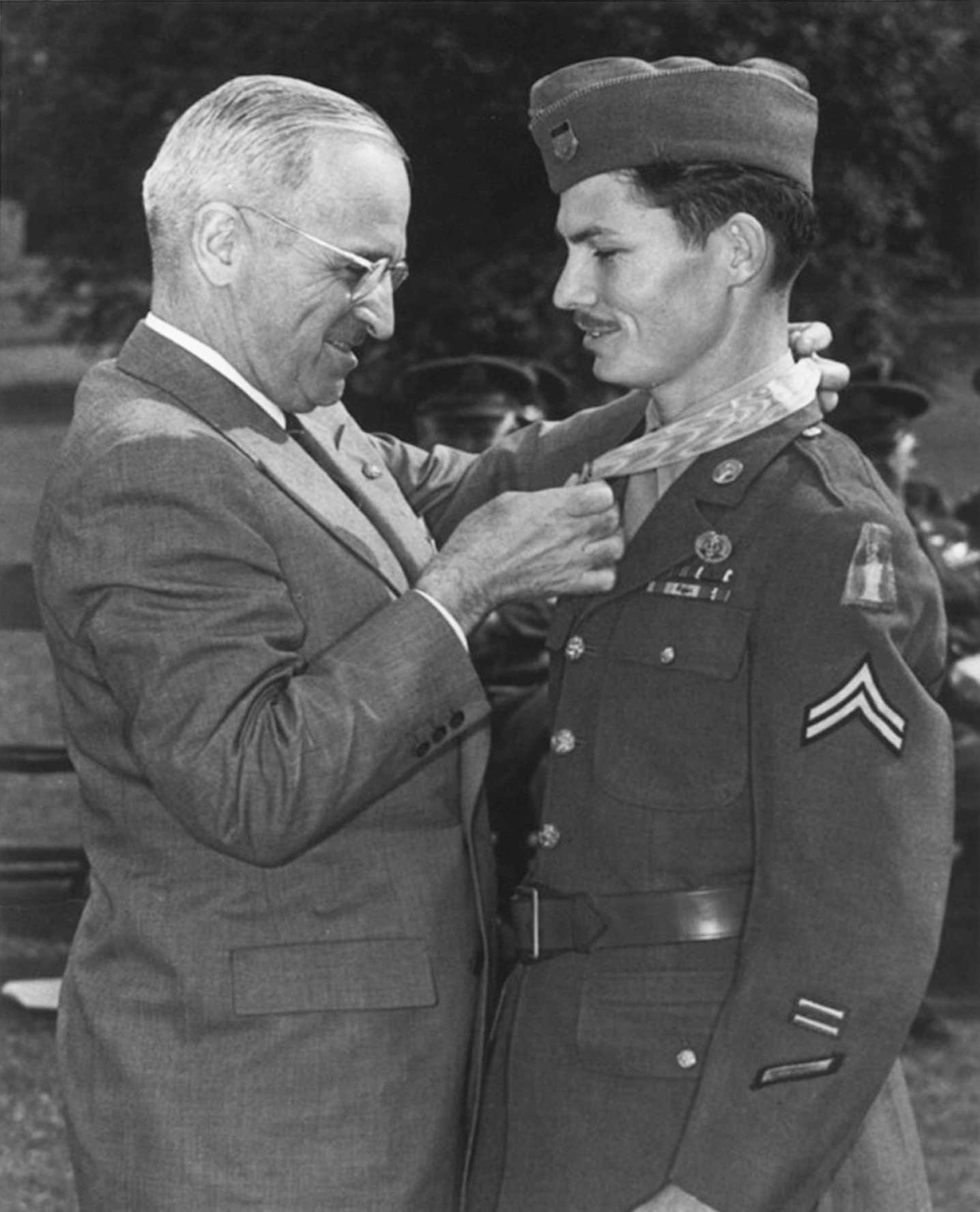 Desmond Doss receiving the Medal of Honor from President Harry Truman.