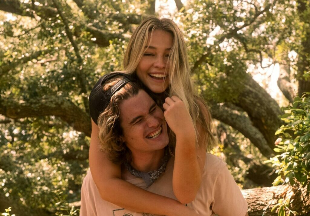 OUTER BANKS (L to R) CHASE STOKES as JOHN B and MADELYN CLINE as SARAH CAMERON on the set of OUTER BANKS Cr. JACKSON LEE DAVIS/NETFLIX © 2021